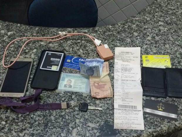 Candidato foi visto por fiscal com ponto eletrônico e levado preso (Foto: Polícia Civil/Divulgação)