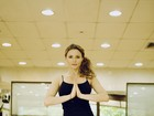 Rita Guedes mostra boa forma e elasticidade em posições de ioga