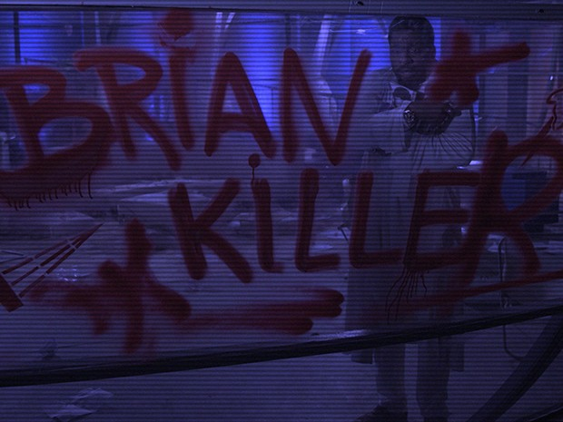 Brian Benson avalia o prejuízo causado pelos invasores (Foto: Parker TV)