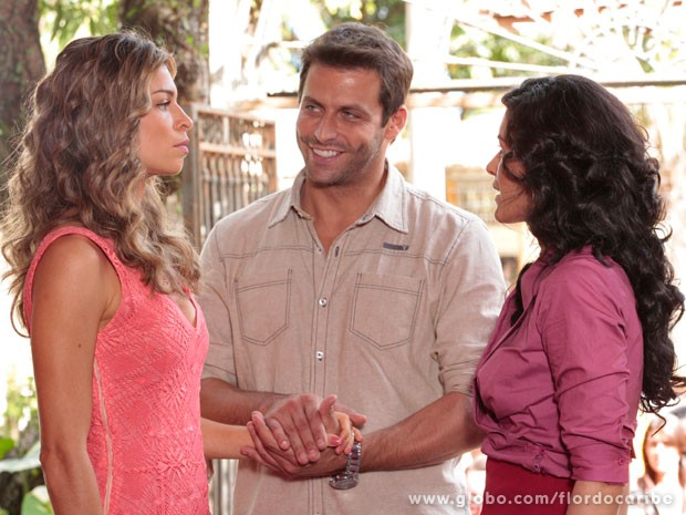 Cassiano tenta disfarçar e apresenta Ester a Cristal (Foto: Flor do Caribe / TV Globo)