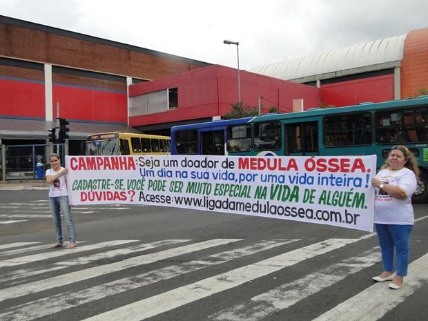 Liga da Medula desenvolve trabalhos de divulgação nas ruas de Uberlândia (Foto: Érica Meireles/Arquivo Pessoal)