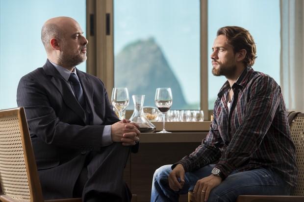Rafael (Rafael Cardoso) apresentou seu vinho a um sommelier, em Além do Tempo (Foto: Globo/Estevam Avellar)