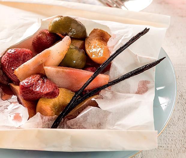 Frutas assadas em papillote (Foto: Iara Venanzi/Casa e Comida)