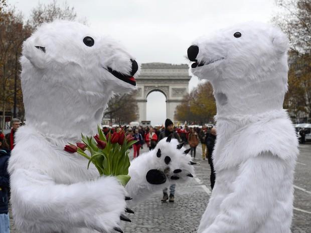 Ativistas vestidos de urso polar participam de manifestação nas ruas de Paris (Foto: Alain Jocard/AFP)