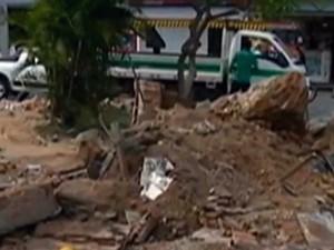 Antigo relógio no Centro de Caruaru foi demolido em 16 de abril de 2015 (Foto: Reprodução/ TV Asa Branca)
