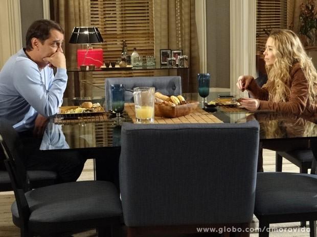 Amarilys fica surpresa ao saber que Eron já ficou com mulher (Foto: Amor à Vida / TV Globo)