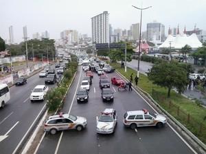 Agentes Penitenciários do RN  usaram carros para fechar tráfego durante protesto em Natal (Foto: Arthur Barbalho/G1)