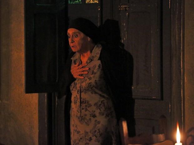 Jesuína leva um susto ao receber visita inesperada (Foto: Isabella Pinheiro/ Gshow)