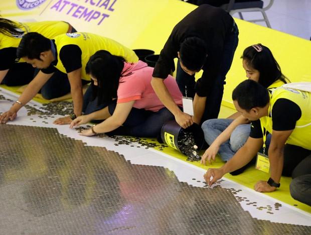 Grupo quebrou recorde com mosaico gigante com moedas (Foto: Bullit Marquez/AP)