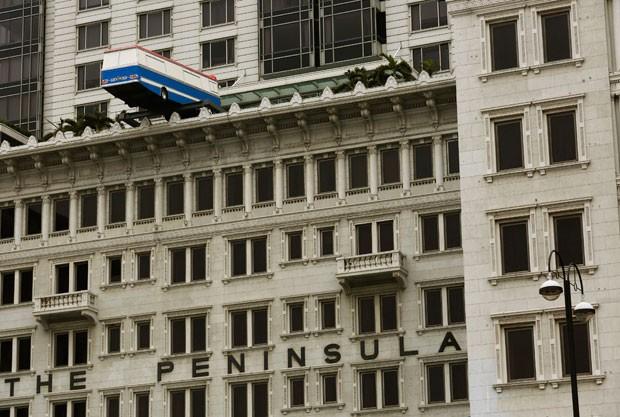 Ônibus parece que vai cair de prédio em Hong Kong (Foto: Bobby Yip/Reuters)