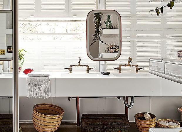 Desenhada pelo arquiteto Flavio Miranda, a bancada do banheiro da suíte tem cuba dupla com metais industriais (Foto: Victor Affaro/Editora Globo)