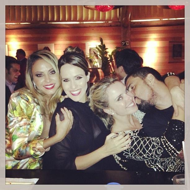 Alinne Rosa, Fernanda Pontes, Nathália Rodugues e o namorado, Tchelo, em festa em São Paulo (Foto: Instagram/ Reprodução)