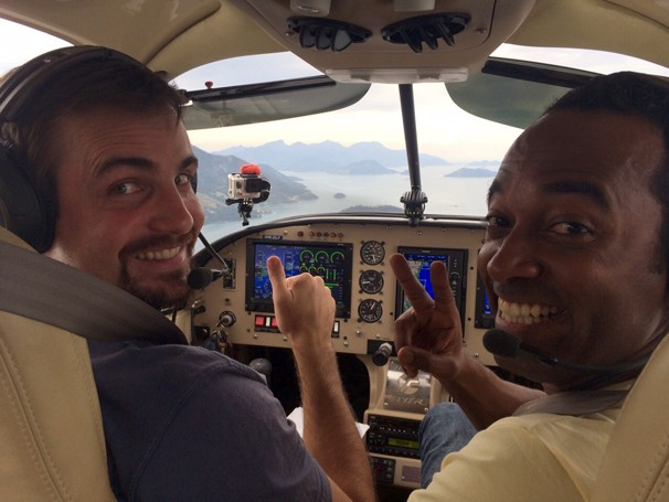 Max Fercondini levou Alexandre Henderson para voar em seu monomotor (Foto: Globo)
