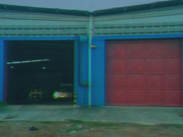 Galpão onde parte da carga de máquinas de lavar estava escondida.  (Foto: Reprodução / TV Globo)