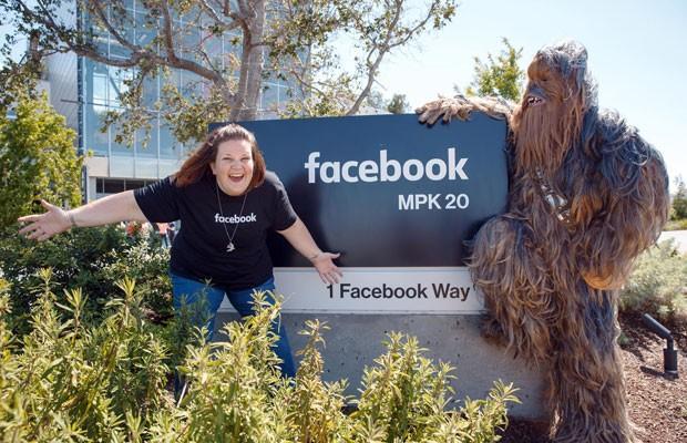 Candace Payne visitou o Facebook fez sucesso no Facebook, após gravar um vídeo ao vivo com a máscara de Chewbacca, personagem de 'Star Wars'. (Foto: Divulgação/Mark Zuckerberg)