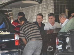 Caixão com corpo de Ronaldo Cunha Lima é carregado por amigos da família (Foto: Walter Paparazzo/G1)