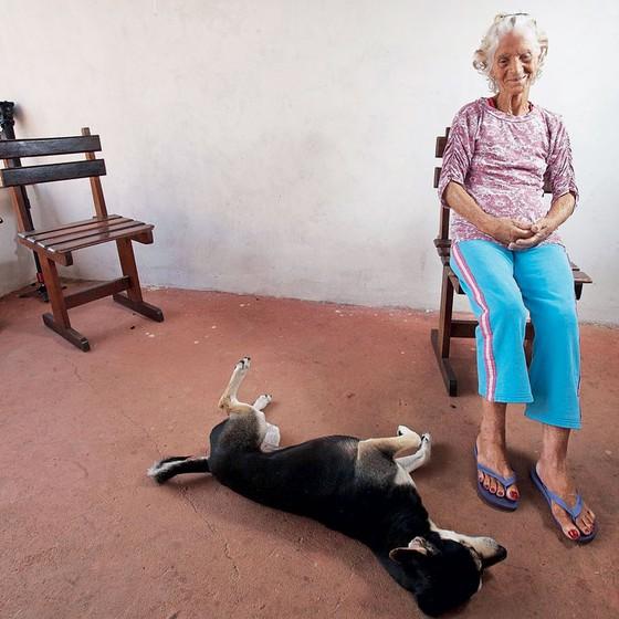 Manuelina Cassimiro,de 75 anos,em sua casa.ela aprendeu a tomar remédio contra hipotireoidismo com a ajuda de agentes comunitários (Foto: Rogério Cassimiro/ÉPOCA)