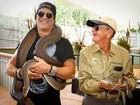 Slash carrega cobra píton em visita a centro para animais na Austrália