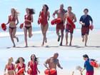 Zac Efron leva tombo hilário durante gravação do remake de 'Baywatch'