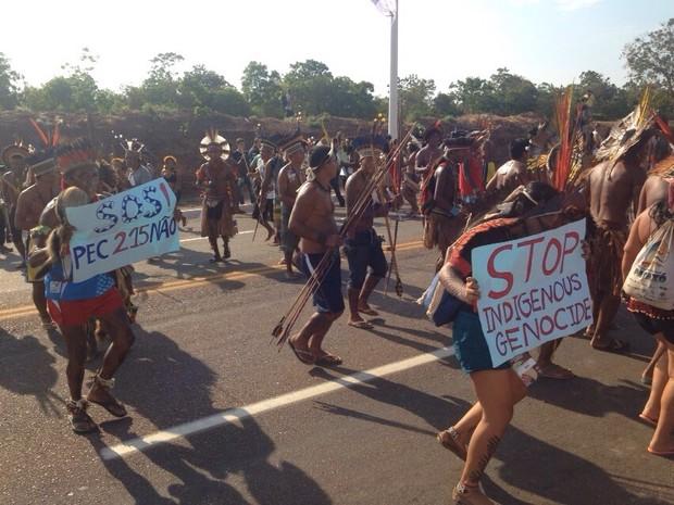 Indígenas protestam contra a PEC 215 (Foto: Heitor Moreira)