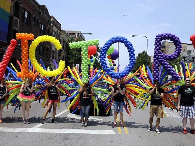 EUA: Em Chicago, desfile comemora a decisão da Suprema Corte dos EUA de permitir o casamento gay em todo o país (Foto: AP Photo/Nam Y. Huh)