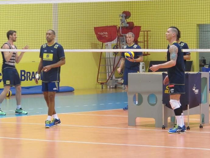 Serginho e Brendle treino seleção masculina de vôlei em Saquarema (Foto: Danielle Rocha)