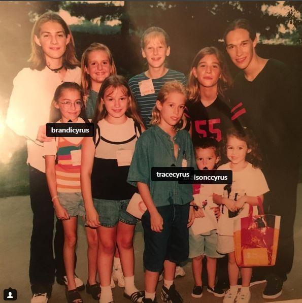Miley Cyrus e os irmãos da artista conhecerem o Hanson em um show da boy band nos anos 90  (Foto: Reprodução/ Instagram)