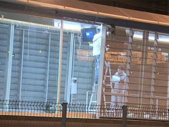 Trabalhadores instalavam painéis nesta sexta-feira (7) em estação do BRT. (Foto: Reprodução/ TV Globo)