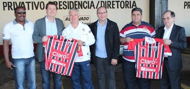 Didier Deschamps (no meio, de branco), visitou o estádio Santa Cruz, em Ribeirão Preto (Foto: Cleiton Carvalho / Agência Botafogo)