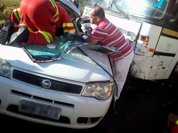 Acidente envolvendo ônibus e automóvel no km 376 da BR 101, em Iconha (Foto: Divulhação/PRF)