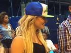 Ex-BBB Natalia Casassola usa shortinho em noite de samba