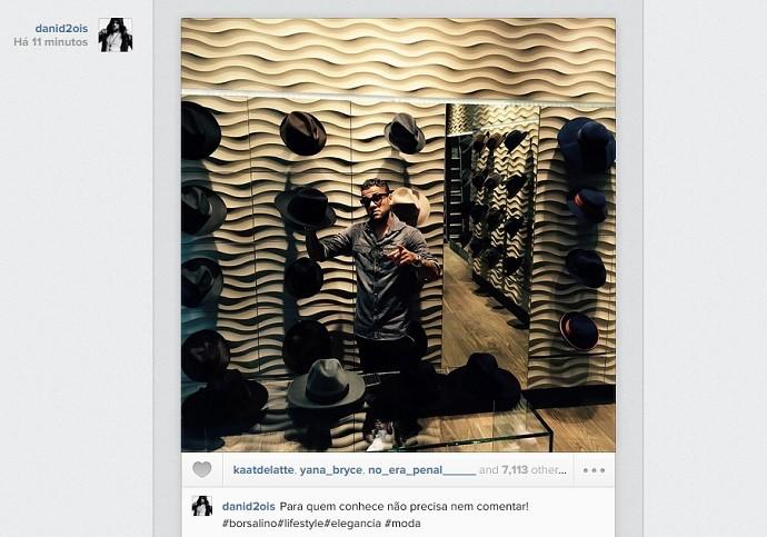 Daniel Alves em loja com chapéus (Foto: Reprodução Instagram)