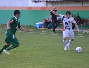 Gilson arrisca o cruzamento para o Camboriú e Gilmar Dal Pozzo, técnico da Chapecoense, observa (Foto: Rafael Nunes/Camboriú FC)