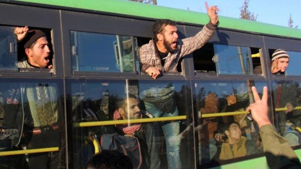 Moradores de Aleppo e rebeldes são retirados em comboios de ônibus  (Foto: AFP)