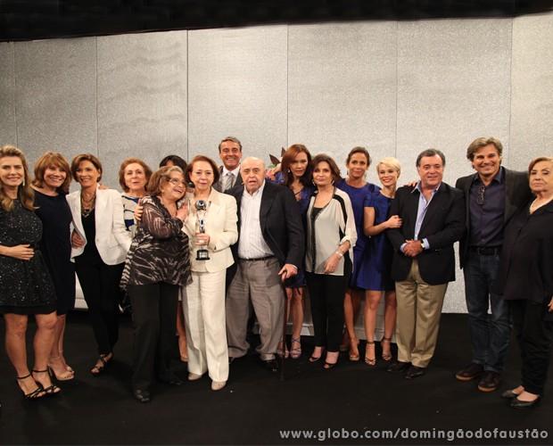 Fernanda Montenegro se reúne com os convidados após receber o troféu (Foto: Carol Caminha/TV Globo)