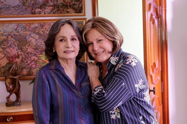 Joana Fomm e Lucinha Lins nos bastidores de 'O Apocalipse' (Foto: Munir Chatack/Record )