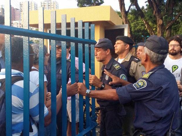 Algumas pessoas tentaram entrar no pátio da Câmara, onde já ocorria um ato dos professores da rede pública do Recife, mas foram impedidas por guardas municipais e policiais militares (Foto: Vitor Tavares/G1)