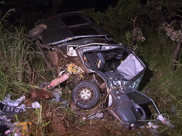 Grávida e outras duas pessoas morrem em acidente na BR-251, em Goiás (Foto: Reprodução/ TV Anhanguera)