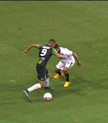 Richarlison é bem marcado na partida contra o Vitória (Foto: Reprodução/Premiere)