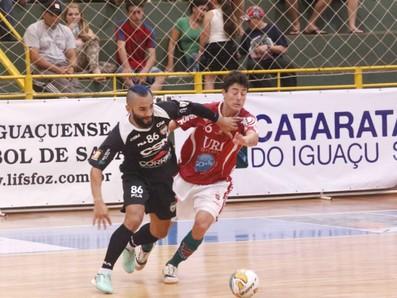 O Atlântico Erechim conquistou a Copa Atataratas de Futsal com uma vitória por 2 a 1 sobre o Jaraguá (Foto: Nilton Rolin / Divulgação)