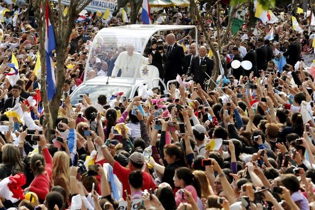 Papa Francisco percorre caminho entre fiéis no papamóvel neste sábado (11) no Paraguai (Foto: Reuters/Andres Stapff)