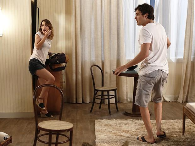 Laura se assusta com a atitude do médico (Foto: Fábio Rocha/Gshow)