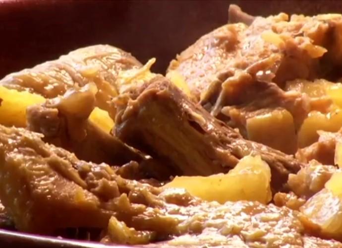 Revista mostra receita de galinha caipira com aipim, prato elaborado pela cozinheira Maria de Lourdes (Foto: Reprodução/ Rio Sul Revista)
