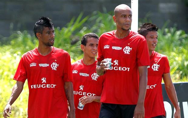 Alex Silva e Leo Moura no treino do Flamengo (Foto: Marcelo Carnaval / Ag. O Globo)