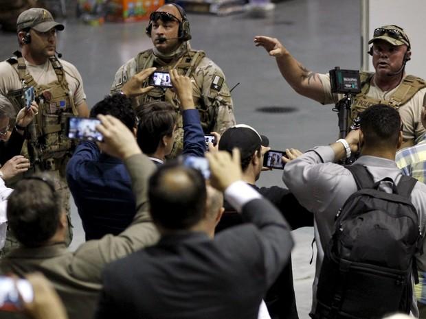 Policiais orientam participantes de evento após tiroteio no Texas (Foto: Mike Stone/Reuters)