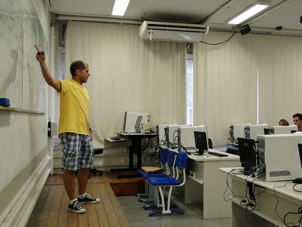 Nicolau Saldanha dando aulas: ele foi o primeiro brasileiro a ganhar uma medalha de ouro em competições internacionais de matemática (Foto: Divulgação CTC/PUC-Rio)