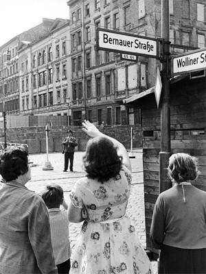 Do lado ocidental de Berlim, pessoas acenam para familiares que vivem do outro lado do muro, em foto de agosto de 1962 (Foto: Werner Kreusch/AP/Arquivo)