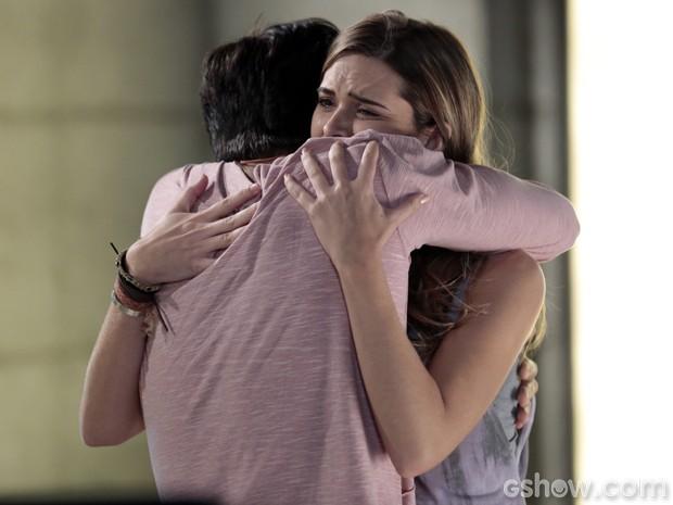 Lili chora após ver que Marlon passou pela máquina (Foto: Felipe Monteiro/TV Globo)