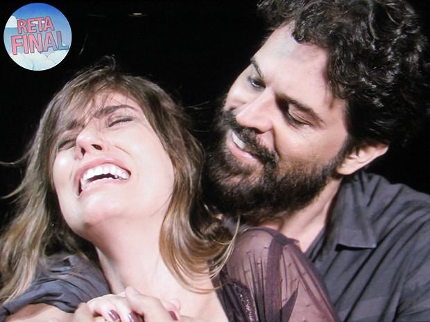 Oscar agarra Suzana e revela que não está morto (Foto: TV Globo)