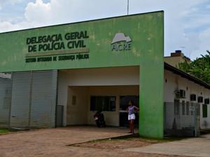 Homem foi encaminhado para a delegacia de Cruzeiro do Sul (Foto: Adelcimar Carvalho/G1)